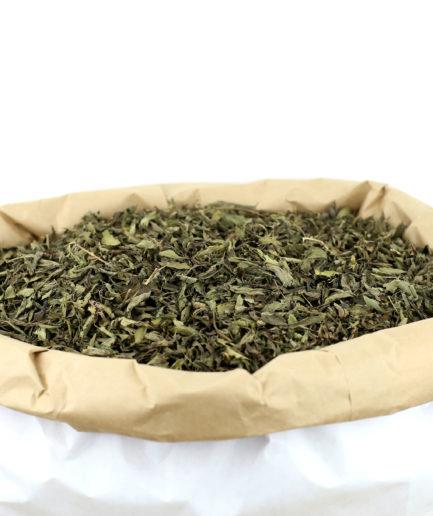 Découvrez notre feuille de Stévia bio coupée de haute qualité pour sucrer naturellement, sans sucres, vos infusions, tisanes et thés.